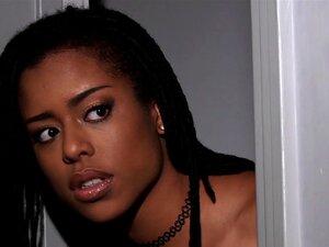 A Sedutora Ruiva Milf Kendra James Brinca Com Kira Noir, Kira Noir Salta E Encontra A Sedutora Ruiva Milf Kendra James. Uma Pequena Luta Entre Os Dois Aumenta Com Uma Acção Lésbica! Porn