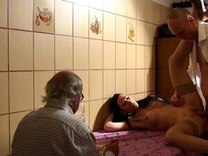 Estranho Que Uma Garota Na Frente Do Velho Corno Por Dinheiro Porn