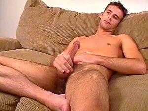 Gay Com Pau Grande Está Se Masturbando No Sofá Porn