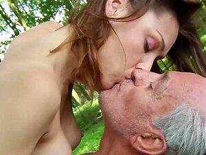 Velho Vagabundo Fode Um Pequenino Na Floresta Porn
