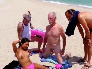 O Cock Sucking Latina Teen Suga Três Pilas E Faz Tratamentos Faciais, Por Isso Os Old Boys Estão Numa Aventura Na Praia Hoje. O Duke Tinha Encontrado Uma Latina Boazona Chamada Nikki Kay No Centro Comercial. Porn