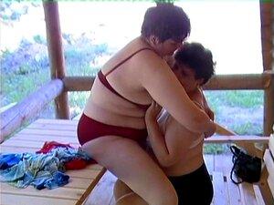 Miúdas Lésbicas Gordas Fazem Sexo Num Encontro Romântico Junto Ao Rio. Porn