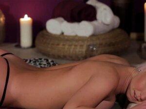 Lesbo Massaged Lambe Buceta De Gfs Para Dizer Obrigado, Massaged Lésbica Lambe Buceta Namoradas Para Dizer Obrigado Para A Massagem Sensual Para Baixo Porn