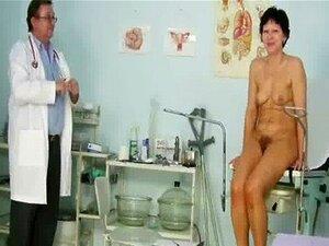 Médico Insere Um Espéculo Porn