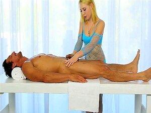 Linda Massagista Empurrões Clientes Pau Debaixo Da Mesa De Massagem Porn