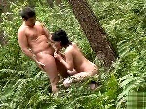 A Fada Curvy Penetrou Na Floresta Por Dois Homens Nudistas, Ela Sopra Um Turista Na Floresta, As Suas Mamas Grandes E Rabo Curvado Uma Coisa Gloriosa Para Admirar. Aquele Tipo Bate-lhe Contra Uma árvore, E Quando Aparece Um Segundo Tipo, Ela Também O Fode Porn
