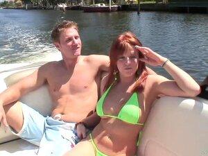A Michelle Andrews Leva Uma Tareia Num Barco. Porn