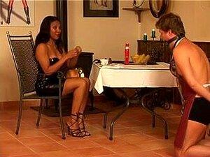 Amante De ébano Quente Domina Sua Escrava Submissa, Amante De ébano Sexy Com Um Corpo Incrível E Mamas Tratando Seu Escravo Submisso Masculino Como Uma Puta E Humilha-lo. Porn