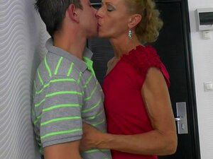 Mãe Mais Velha Engolindo E Difícil Cara Jovem, Porn