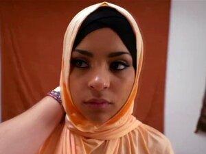 Samaritano Com Tesão Destrói A Buceta Da Garota árabe Kinky Porn