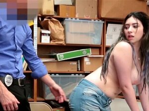 A Boazona Da Adolescência Foi Brutalmente Espancada Por Um Pistão Polícia Gordo. A Brutalidade Da Polícia Compensa Quando Se Trata De Prender Cabras Adolescentes Más Como Esta, O Seu Rabo Espesso E Mamas Grandes Estão A Tremer De Carga Pesada A 2SHOPLIFT Porn
