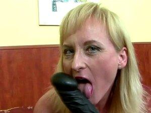 Uma Dona De Casa Loura Excitada De 50 Anos E Loira Burra. Mulher Loura Excitada 50 Mais Loura Brinquedos Idiota Neste Vídeo A Solo Porn