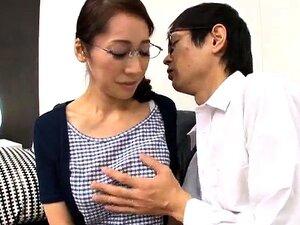 Esbelta Mulher Oriental Com Peitões Leva Um Profundo Batendo Porn