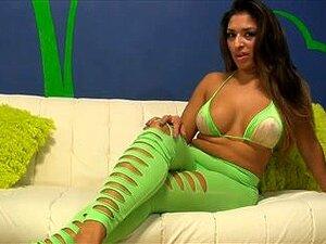 Curvilínea Latina Mostra Todos Os Seus Bens Perversamente Quentes, Muito Bonita E Totalmente Excitada Gata Latina Mostra Todos Os Seus Bens A Este Solo Garota Latina Vídeo E Ela Parece Muito Fuckable. Porn