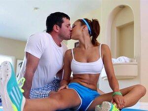 Sexy Ass Babe é Lambida E Fodida Pela Pila Gorda De Um Cara - Ariana Marie Porn