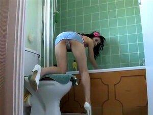 Dobrado Sobre Banheira, Namorada Morena Em Jeans Jeans Muito Curto Saia Upskirt, Enquanto Ela é Dobrado Sobre A Banheira Limpando-o. Porn