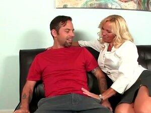 O Namorado Fica Confortável Com A Sogra. Porn