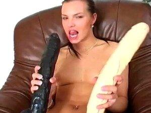 Suzie Adolescente Bonita, Enchendo Seu Bichano Apertado Com Um Vibrador Gigante Porn
