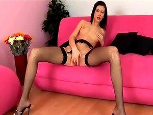 Querida Glamour Sexy Masturba No Arrastão Preta E Uma Cinta-liga Porn