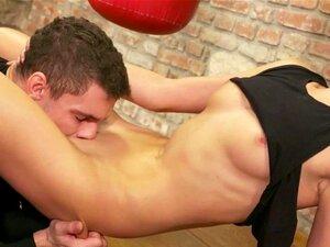 A Miúda Desportista Brincou E Comeu Profundamente. A Miúda Desportista Brincou E Bateu Profundamente Na Missionária Pelo Seu Treinador. Porn