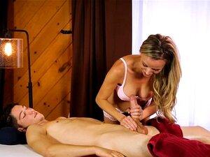 A Massagista Booby Prinstine Edge é Espancada Pelo Cliente. A Massagista Faz Uma Massagem Corporal Ao Cliente, Depois Masturba-se Com A Pila Grande E Gorda E Senta-se Nela E Continua A Comer O Cliente Noutras Posições Possíveis Na Mesa Do Masasge. Porn