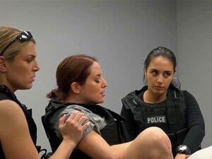 Três Polícias Femininas Envolvidas Num Caso Oral Com Um Suspeito Negro. Três Polícias Brancas De Uniforme, Totalmente Envolvidas Num Caso Oral Com Um Suspeito Negro. Porn