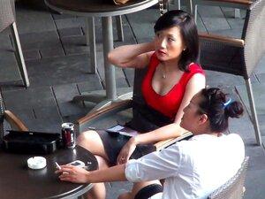 Video Voyeur Asiática Com Uma Slut Sexy No Restaurante, Pio Asiáticos Vídeo Mostra Filhotes Sentado Em Um Restaurante, Gostosa. Eles Foram Filmados Por Um Cara, Da Sua Varanda. Porn