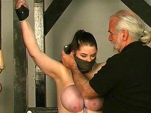 Vídeo Da FetishNetwork: Kung Fu Masoquista, Andrea é Uma Grande Garota. Ela Também Aguenta Muito. Seus Enormes Seios Naturais São Pendurados E Chicoteados Até Que Ela Chora Grandes Lágrimas. Ela é Boa A Mendigar E A Choramingar. Se Você Gosta De Meninas G Porn