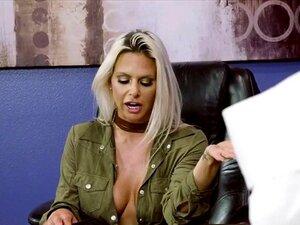 Grandes Mamas Rachel RoXXX Está Fodido Na Múmia De Escritório. Quando Danny Chega No Trabalho E é Lembrado é O Halloween, Ele Faz Uma Fantasia De Múmia Rápido Por Se Embrulhar Em Papel Higiênico Porn