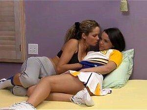 Estás Muito Confortável. Uma Rapariga Tímida Com A Amiga, à Espera Que A Mãe Chegasse A Casa. Dá - Nos Beijos. Os Beijos Levam A Um Bom Sexo Da Primeira Vez. Porn
