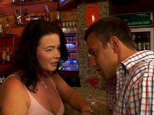 Morena Madura No Bar Porn