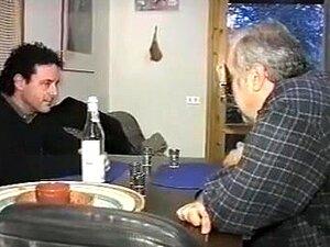 O Par Velho Fodeu Um Tipo Mais Novo Em Ottoman., Hardcore Three-some As This Ribald Old Pair Engulf Jock And Fuck A Younger Dude In Ottoman. Porn