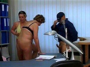 Sexo A Três Com Uma Puta Velha E Uma MILF, Um Tipo Excitado, Uma Avó E Uma MILF Com Busty Conheceram-se E Fizeram Um Porno. Ele Fodeu-os Ao Mesmo Tempo. Porn