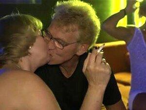 Impressionantes Babes Metendo Orgia Xxx, Impressionantes Babes Olhando Estão Desfrutando De Um Sexo Quente Com Seus Parceiros Durante Uma Orgia E é Mais Bonito. Porn