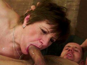Bela Vadia Velha Com Seios Flácidos E Boceta De Idade Piros é Sexo Incrível Com Seu Namorado Jovem Pervertido, Que Gosta De Bater Esse Tipo De Velhos Babes. Porn