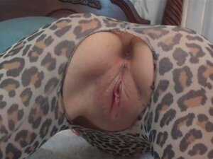Linda Milf Em Leggings Brincando Com Um Brinquedo E Um Galo Porn