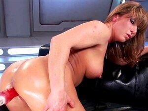 Uma Máquina De Sexo Anal Com Milf A Solo. A Morena Milf Ariel X Despe-se E Expõe O Seu Corpo Estrondoso E Enfia A Máquina Na Rata Até A Enfiar Pelo Cu Acima. Porn
