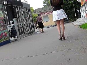 Jovem Coquete Foi Filmada Na Câmera Escondida Upskirt, Upskirt Tubo Apresenta Outro Vídeo Grande Voyeur Com Garota Sexy Com A Deliciosa Bunda Magra Debaixo Da Saia Branca. Porn