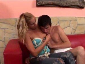 O Bebé Adulto Está A Tomar Banho Enquanto Está A Ser Fodido Por Um Strapon. Porn