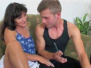 Mamãe Recompensas Trabalho Duro De Dois Rapazes Com Ação Anal DP Quente Porn