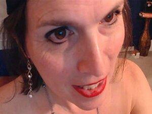 A Milf Transexual Velha A Chupar Na Pila Dura, A Milf Transexual Excitada A Dar Uma Boa Cabeça Para Agradar Ao Marido Enquanto Essa Pila Está Amarrada Com Um Anel De Borracha. Vê Esta Tranny Boazona E Velha Transexual Gosta De Chupar O Marido, Não Uma Pil Porn