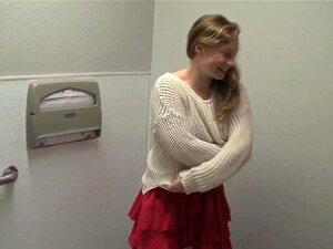 Lili Peituda Se Masturbando No Banheiro Porn