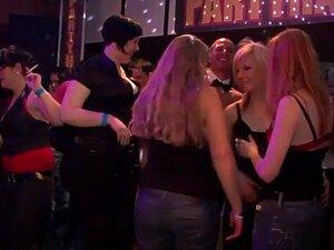 Uma Estrela Porno Fantástica Em Sexo Em Grupo Exótico, Um Filme Adulto Em Alta Definição. Vais Adorar A Morena Elegante, Que Anda Por Aí A Tirar A Mama De Cada Rapariga Do Soutien, Para A Espremer, Como Ela Quer Saber Se é Mesmo Falsa! Também Vais Ver Uma Porn