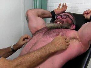 Hunky Barbudo Gay Com óculos Amarrados Para Tormento Cócegas Porn