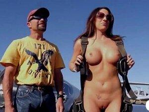 Sexy Playboy Bunnie Amber Sin Está Voando Nua Em Um Avião Porn