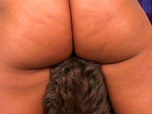 Só A Sandra Romaine Pode Fazer A Sua Escrava Vir-se Com O Rabo Sufocado. Este Clipe Quente Começa Com Uma Cena De Adoração De Rabos Que Te Faz Adorar O Rabo E A Rata Da Sandra Romaine. Leva Tudo Porque Ela Está Muito Excitada. Ela Traz A Sua Escrava Sexua Porn