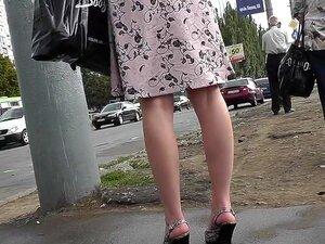 Upskirt Delicioso Porno Por Amador Menina De Cabelos Escuros, Público Legal Cena Saia Apresenta A Vista Inesquecível De Uma Garota Sexy Aleatória Em Linda Saia-line. Porn