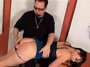 Mulher Submissa Anda Um Vibrador Enquanto Sendo Espancado, Uma Garota Atraente Dá Em Sua Apresentação Como Seu Mestre Espanca Ela E Faz Ela Cavalgar Um Grande Vibrador, Trazê-la Ao Orgasmo. Porn