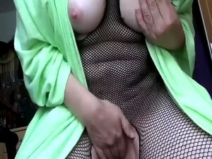 A Minha Mulher Mais Velha, Com A Lasciva Fishnet Bodysuit, Enfia Um Brinquedo Sexual No Seu Gazoo, A Minha Mulher Velha E Cabra, Estava Muito Excitada Sexualmente Naquele Domingo De Manhã. A Minha Miúda Esfregou As Mamas Grandes E Leitosas E Perfurou A Ab Porn