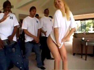 A Fabulosa Estrela Pornográfica Annette Schwarz Em Um Incrível Filme De Gangbang, Swallow Sex Movie, Se Alguma Vez Houve Uma Garota Que Estava Destinada A Ser O Destinatário De Um Bukkake Completo, é A Chaleira Alemã Annette Schwarz.  A Annette Pode Fazer Porn